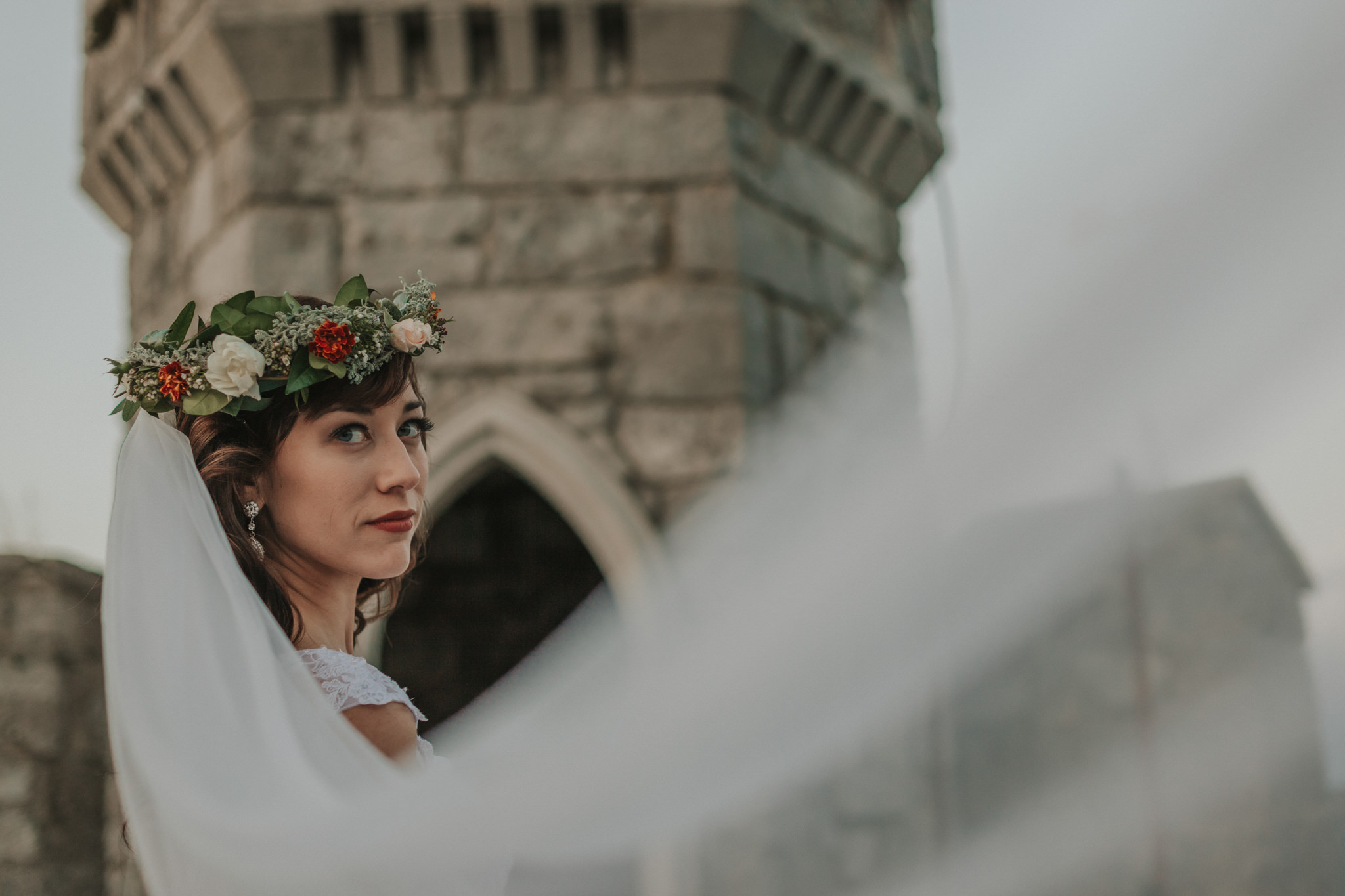 Nevesta v poročni obleki na gradu Rihemberk. Sanjska poroka