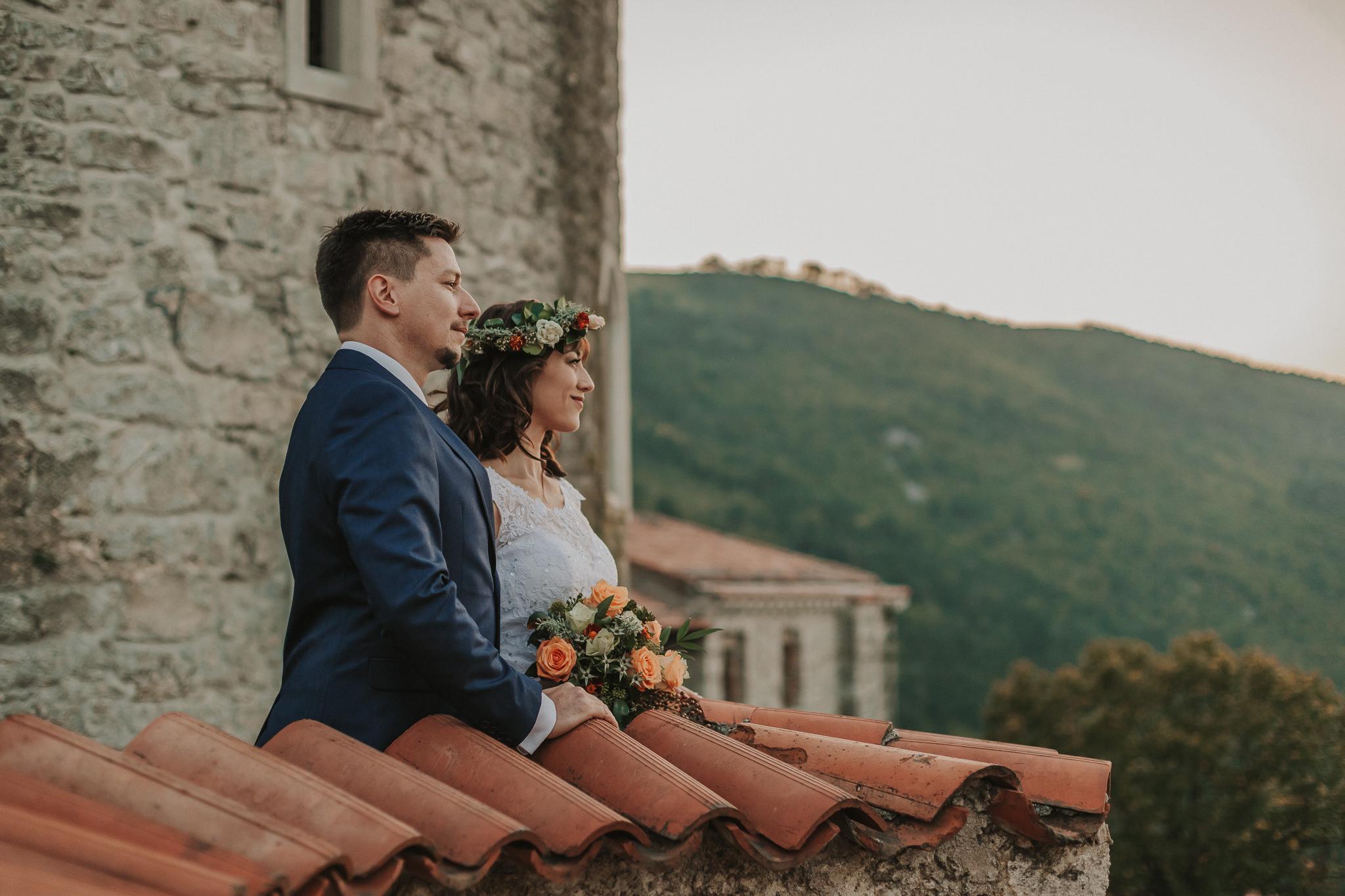 Novoporočenca uživata v razgledu na gradu Rihemberk. Sanjska poroka