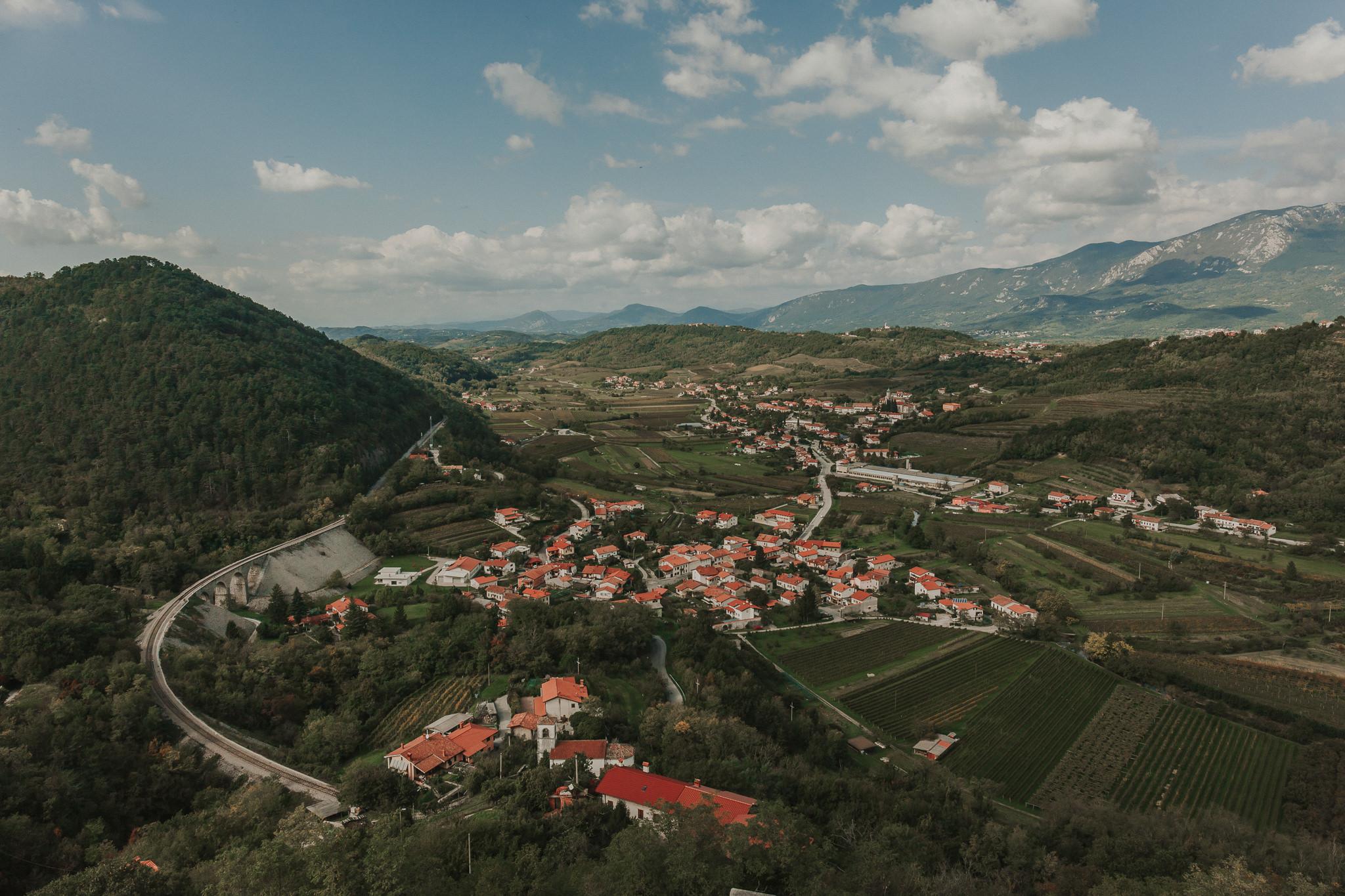 Pogled na Vipavsko dolino iz gradu Rihemberk. Poroka na sanjskem gradu.